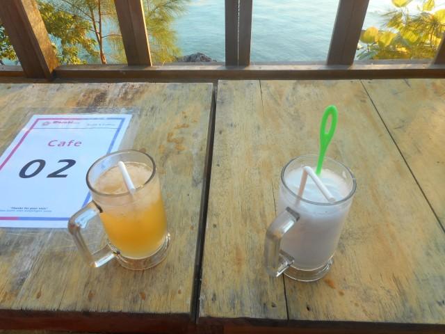 jus jeruk buat maryam dan kelapa muda punya si abah, saya? biasa minuman kesehatan air putih...